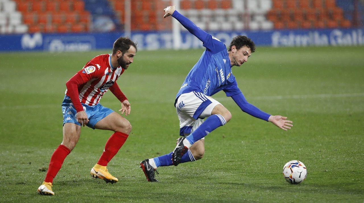 Borja Sánchez, ante Campabadal, durante el Lugo-Real Oviedo