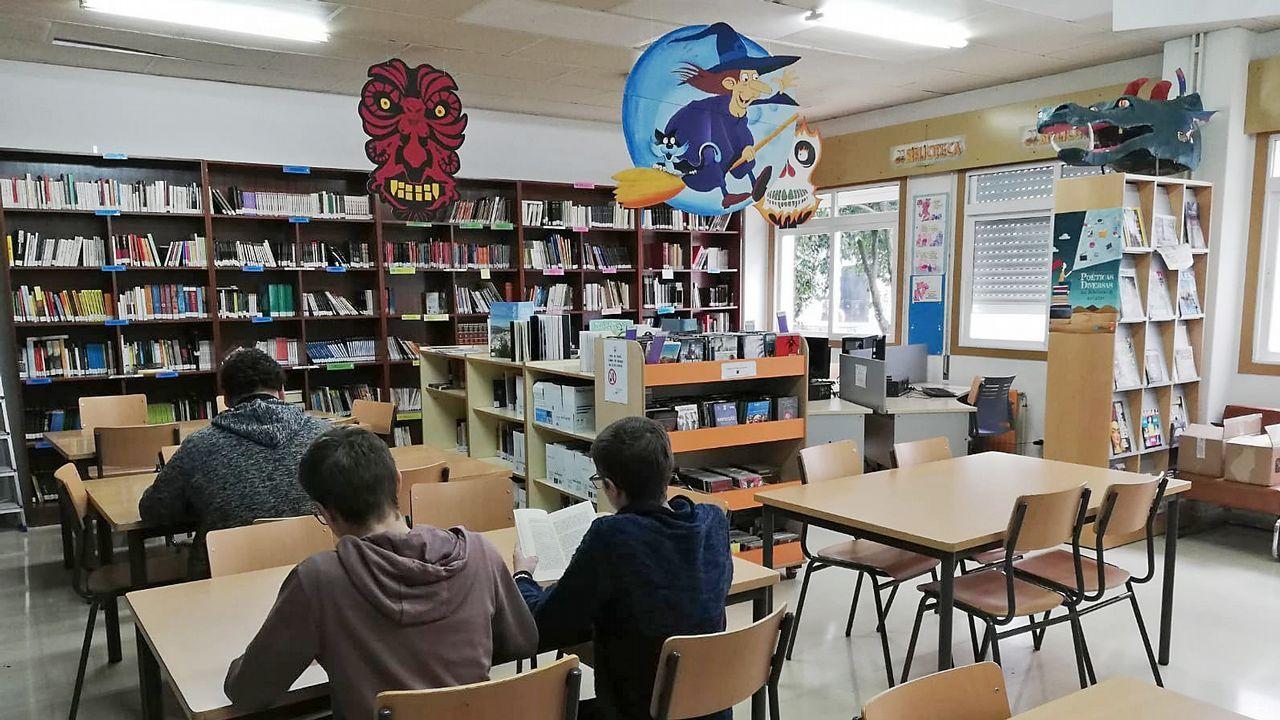 Los belenes de Fonteboa, puro talento creativo: ¡mira las imágenes!.El consejero Genaro Alonso, con alumnos del Colegio Rural Agrupado (CRA) Castrillón-Illas