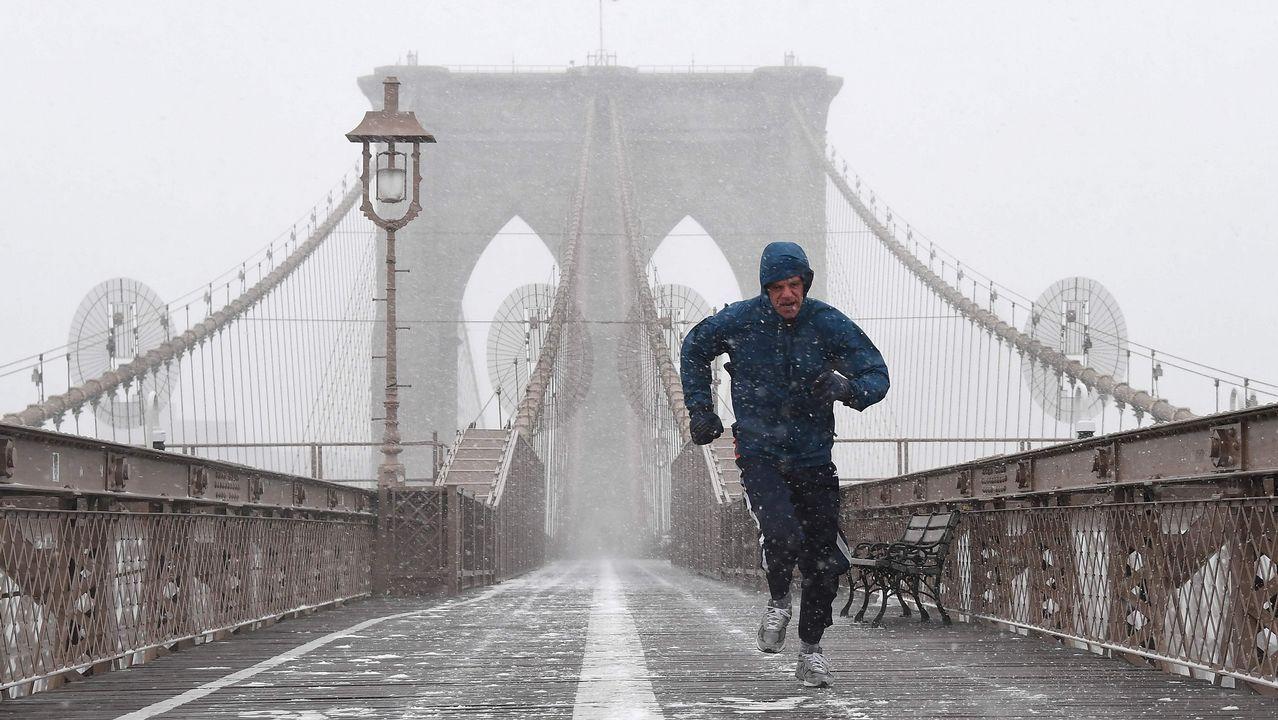 Un hombre corre en plena nevada por el puente de Brooklyn