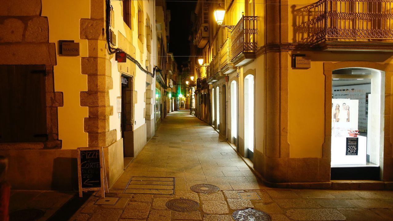 Así estaba la calle Pastor Díaz, parte del corazón comercial de Viveiro, el pasado domingo a las ocho de la noche, tan vacía como en el confinamiento más estricto de la primera ola de la pandemia