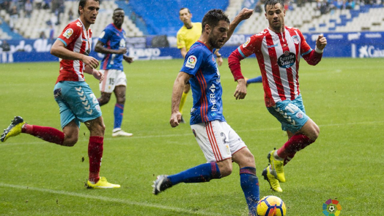 Real Oviedo Lugo Carlos Tartiere Alineacion.Diegui Johannesson golpeando un balón ante el Lugo