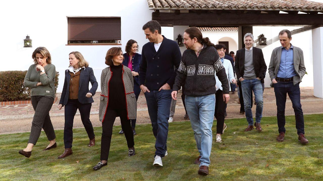 Sánchez posa en vaqueros y zapatillas con todos sus ministros.Jens Stoltenberg saluda a Margarita Robles y el ministro de Defensa turco