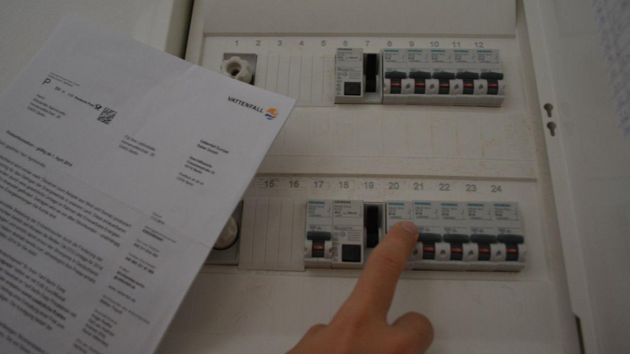 El transporte y distribución de energía eléctrica es una actividad regulada y, como tal, la pagan los consumidores en la factura de la luz