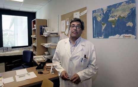 Así es el protocolo ante un caso de ébola.Menos del 1 % de quienes viajan tienen algún problema de salud serio, afirma José Miguel Fernández.
