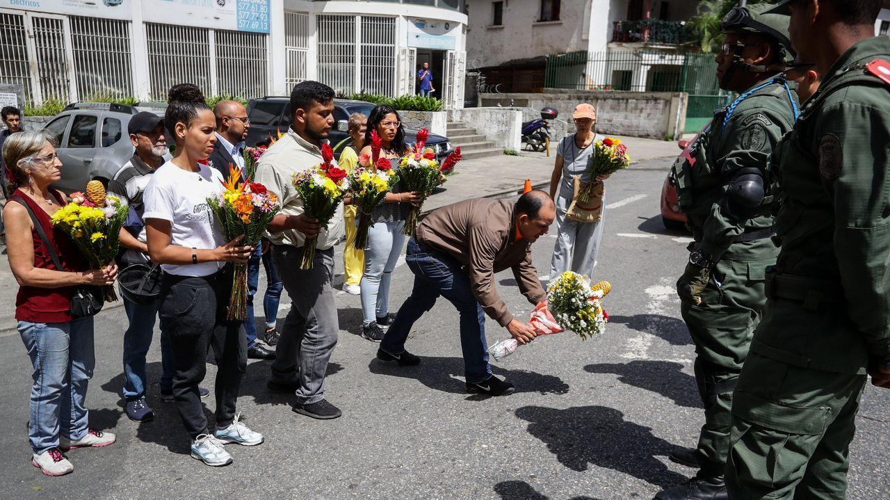 44.000 coches se enfrentarán desde hoy al corte de la Gran Vía de Vigo.Un grupo de personas llevan ofrendas florales a la entrada del Comando General de la Armada Bolivariana en honor del capitán venezolano Rafael Acosta Arevalo, fallecido tras sufrir presuntamente torturas