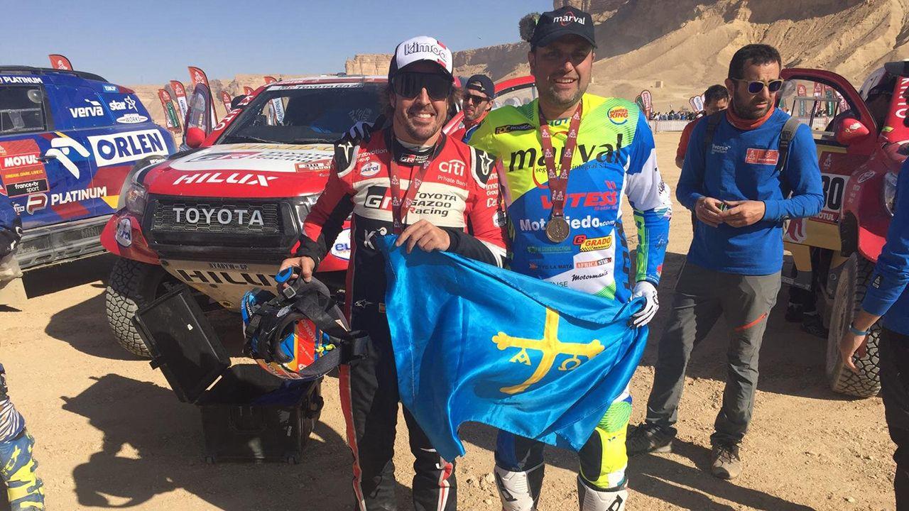 Fernando Alonso y Javier Rañeces posan con la bandera de Asturias y sus medallas del Dakar 2020