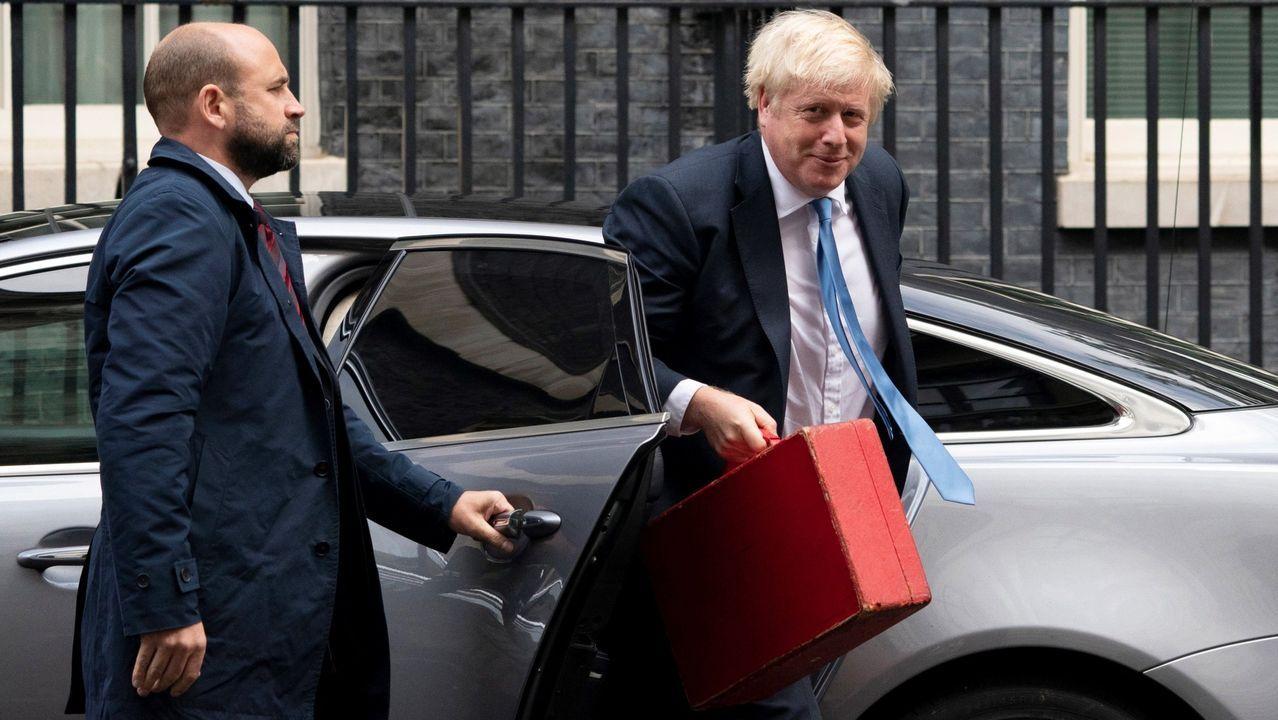 Boris Johnson, a su llegada a Downing Street desde Nueva York portando la ajada maleta roja