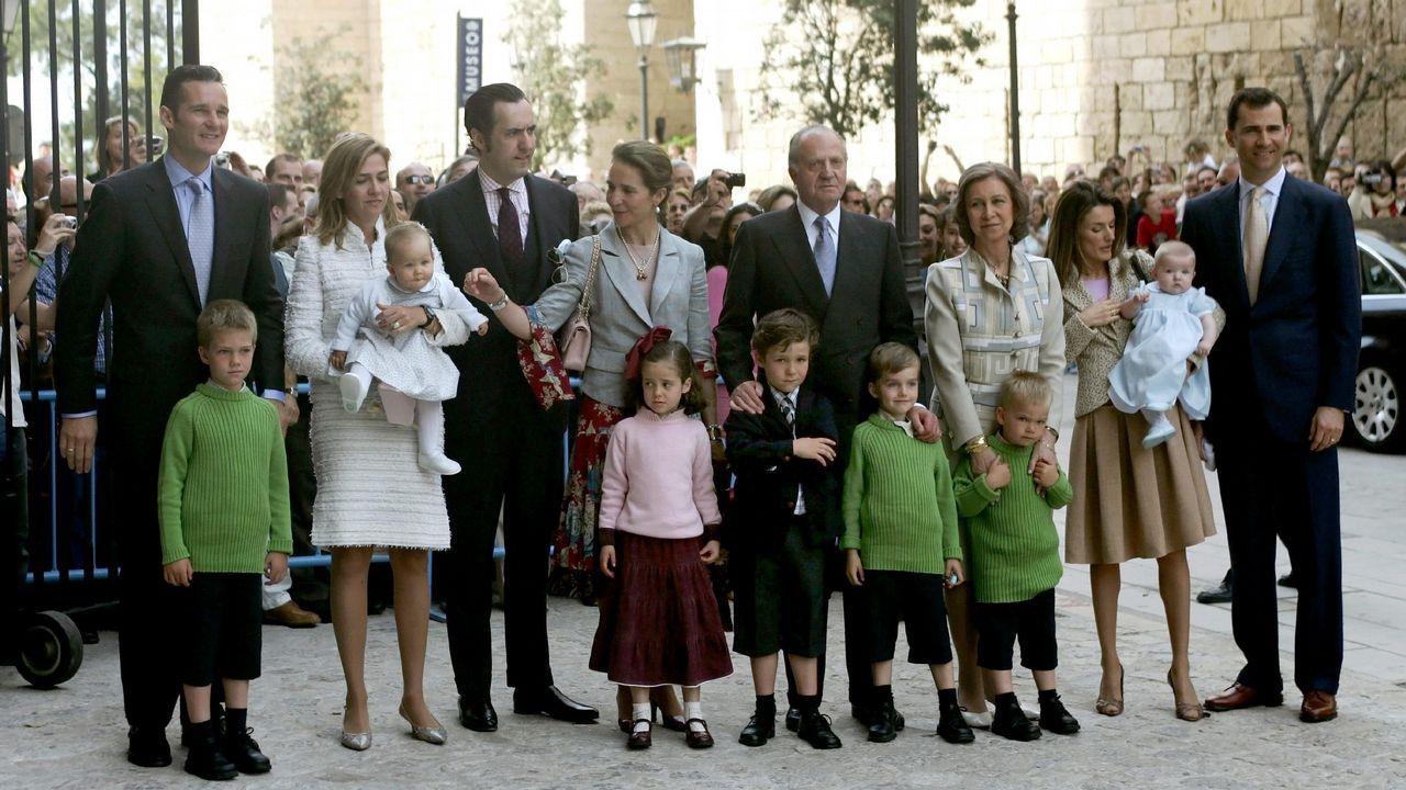 Así ha cambiado el tradicional posado de los reyes en Palma en los últimos años.Los reyes y sus hijas posan con los 41 galardonados con la Orden del Mérito Civil