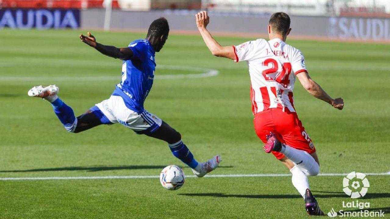 Obeng Cuenta Almeria Real Oviedo Estadio de los Juegos Mediterráneos.Samuel Obeng dispara a puerta ante la oposición de Cuenca