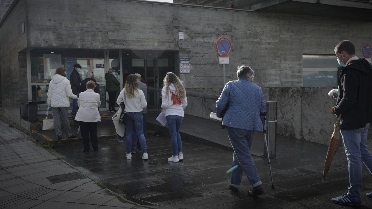 Colas en el centro de salud de Os Mallos, en A Coruña, coincidiendo con el inicio de la campaña de la vacuna de la gripe