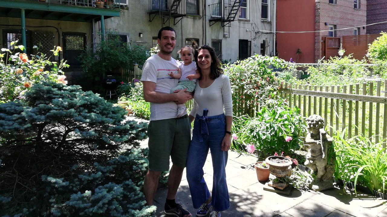 El asturiano David, con su mujer Leticia y su hija, Greta, en el patio de su casa de Nueva York