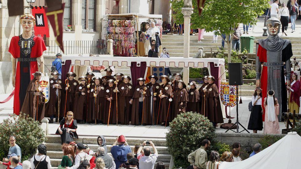 Integrantes de la asociación Camiños a Santiago pola Ribeira Sacra, que acudieron a la Feira Medieval ataviados como peregrinos tradicionales