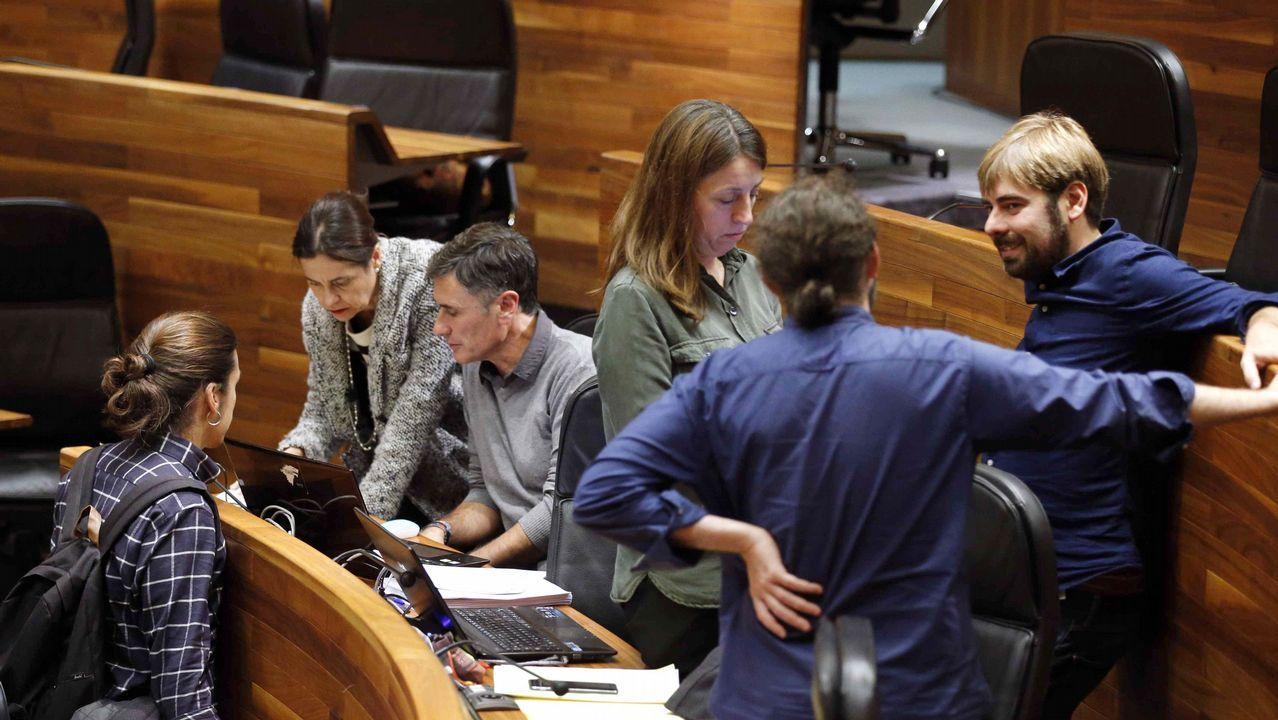 Aeropuerto de Asturias.La consejera de Hacienda y Sector Público del Principado de Asturias, Dolores Carcedo (2i), y diputados de Podemos tras finalizar la tercera jornada del debate de orientación política general que se celebró en la Junta General del Principado.