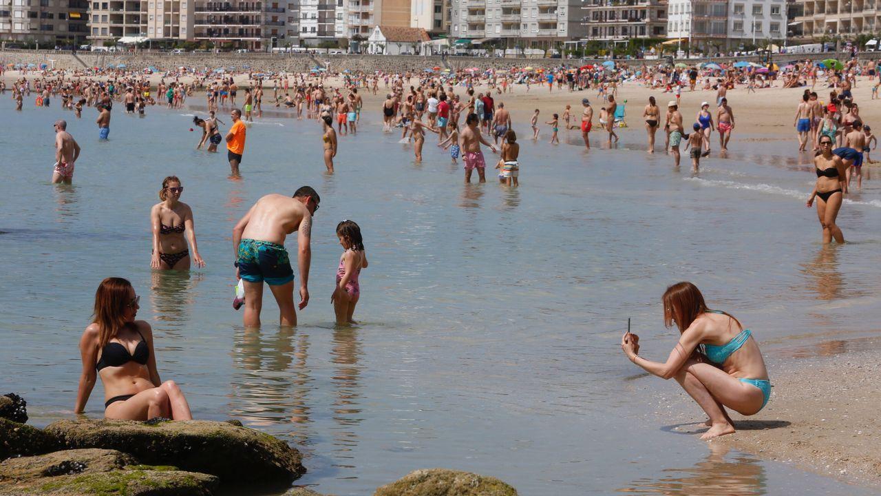 Galicia roza los 30 grados en pleno mes de abril.Una mujer se protege del mal tiempo