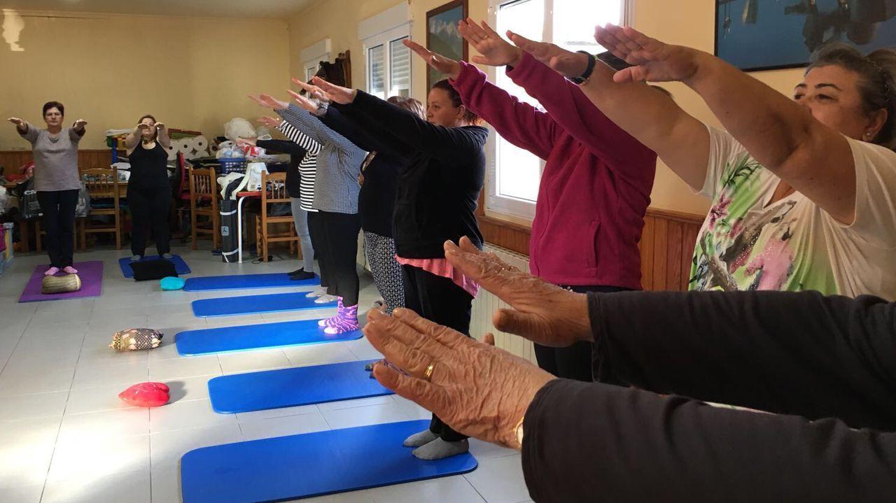 Clase de gimnasia grabada. Durante el confinamiento, las alumnas reciben la grabación y repiten los ejercicios en casa