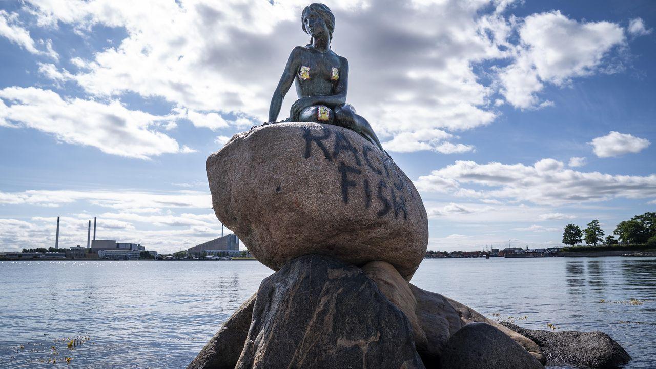 La escultura de bronce apareció con la pintada  pez racista