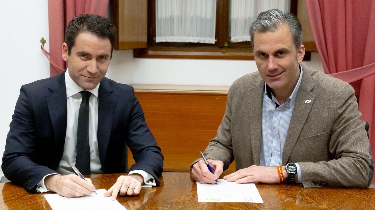 Feministas de toda Andalucía se concentran ante el parlamento andaluz.García Egea (PP) y Ortega Smith (Vox)