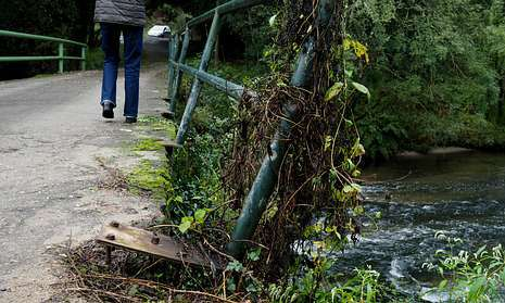 El puente de acceso a la aldea, que se inunda a menudo, está en unas condiciones deplorables.