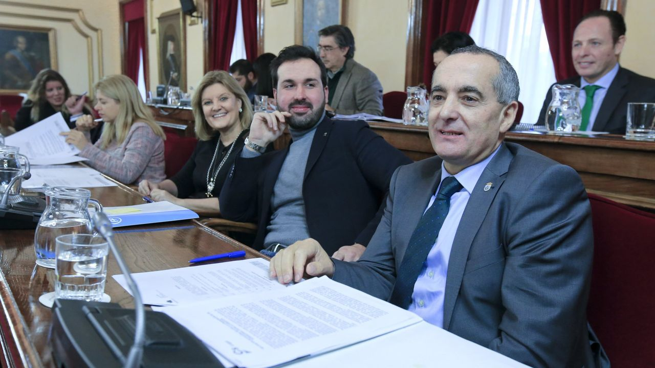 Ramón Carballo, en primer término, con su grupo municipal en el Concello de Lugo