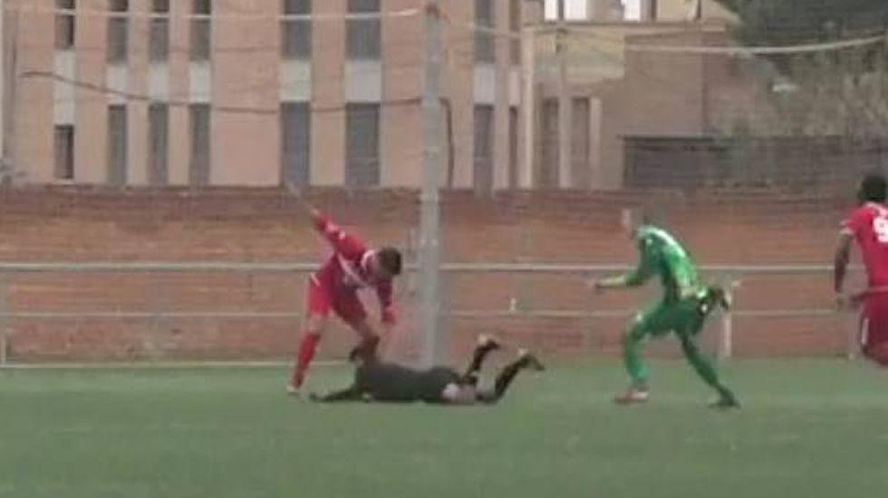 Unos padres se lían a puñetazos en un partido de juveniles.Grada de aficionados del Dortmund durante el partido contra el Leipzig