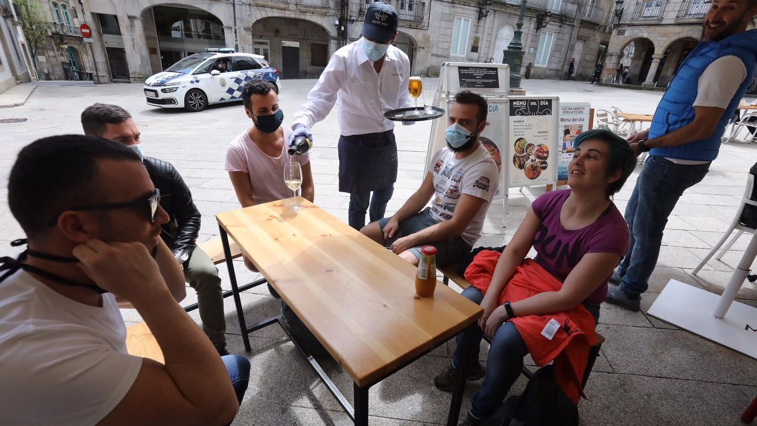 La desescalada llega también a Samil.Terraza abierto en la plaza de la Constitución en Vigo