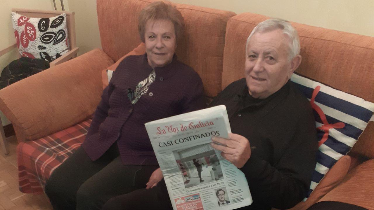 José Linares, suscriptor de La Voz que lleva recibiendo el periódico en Navarra desde hace 53 años, junto a su mujer Mari Paz Banzo