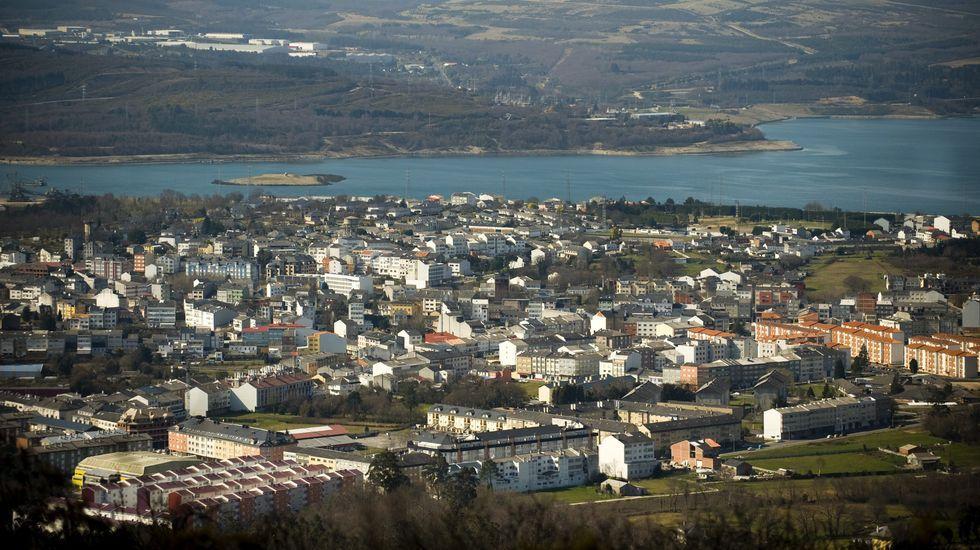 El control sobre playas y terrazas se acentúa en Ferrolterra.Meirama, en enero, en funcionamiento; aunque la humareda impresiona, es vapor de agua; las emisiones contaminantes salen por la chimenea más pequeña y delgada