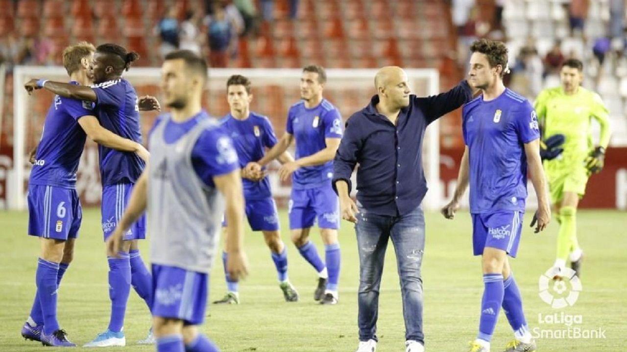 Los jugadores del Real Oviedo, con Rozada al frente, celebran la victoria en Albacete