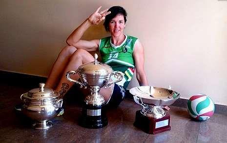 La gallega Noelia Sánchez posa con los títulos conseguidos.