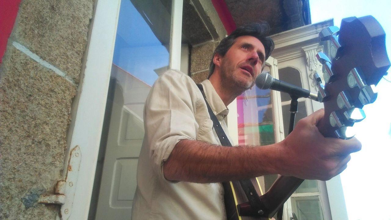 Roger de Flor ofrece miniconciertos en su balcón de la calle del Sol dos o tres veces por semana