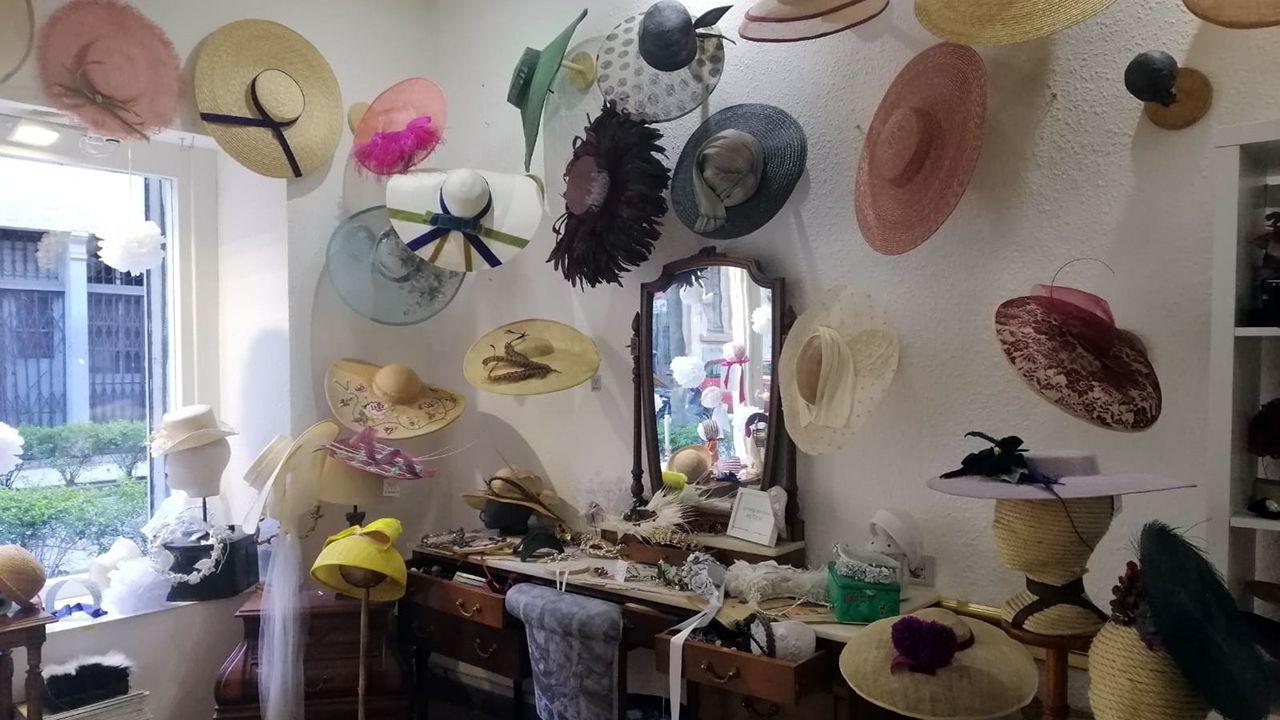 Las colección de pamelas diseñadas por Macarena, expuestas en las paredes de su atelier