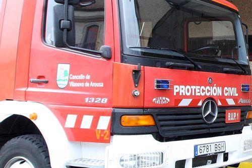 Accidente entre un coche y una moto en A Choupana, Cangas.Los bomberos excarcelan a un fallecido en un coche
