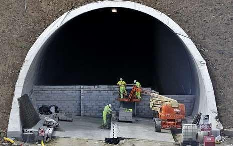 Tres obreros se encargaron ayer de tapiar los túneles en Láncara por motivos de seguridad.