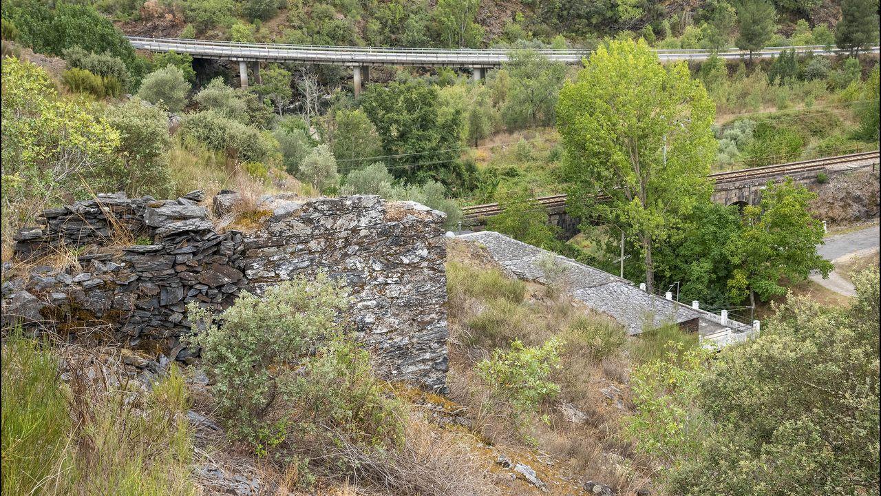 Restos de la base del antiguo teleférico utilizado en la mina de hierro