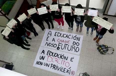El candidato del PNV, Iñigo Urkullu, y su esposa.En algunos institutos los alumnos se movilizaron con pancartas para pedir que paren los recortes.