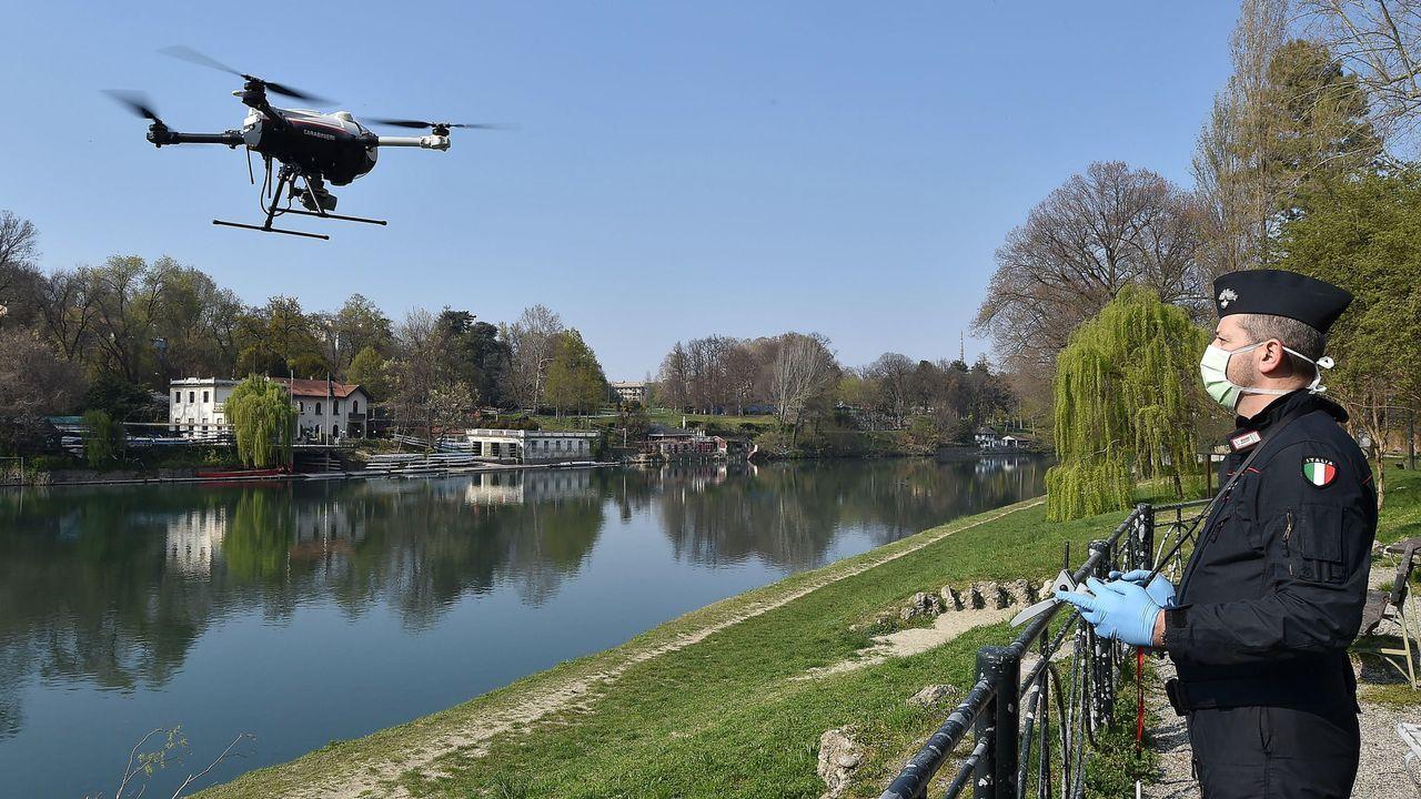 Un policía italiano maneja un dron en Turin para controlar que se cumplen las medidas de confinamiento