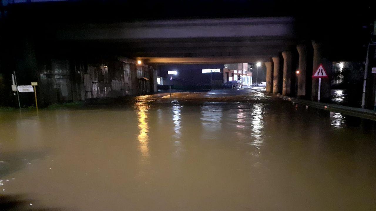 En kayak por las inundaciones de Vimianzo.Una antena cayó sobre la luna de un coche en la Rúa Magnolia