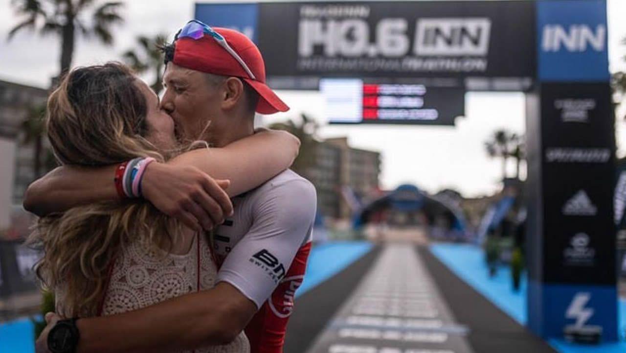 Abrazo en la meta del triatlón tras el «sí quiero» del novio.Los integrantes del club Triourense antes del comienzo de la prueba de natación