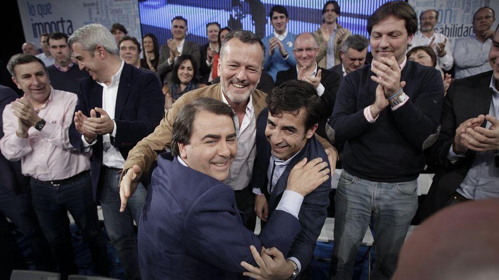 Abrazo fraterno de los alcaldes de A Coruña, Ferrol y Santiago en el primer gran mitin del PP gallego en lo que va de campaña