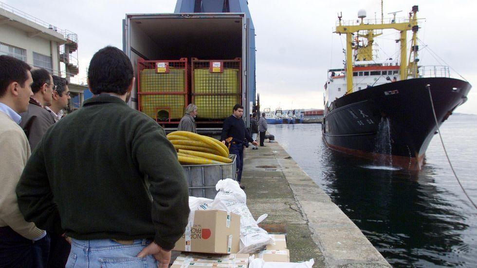 Smit alquiló el De Da, uno de los mayores remolcadores del mundo en ese momento, para trasladar al Prestige. En la imagen, cuando llegó al puerto de Vigo para abastecerse