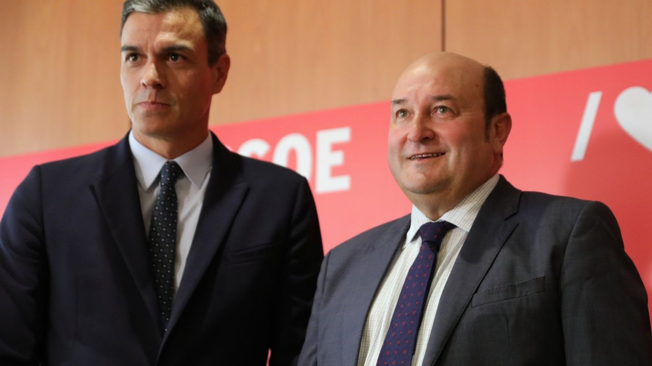 El líder de PNV, Andoni Ortuzar, junto al presidente del Goberno, Pedro Sánchez