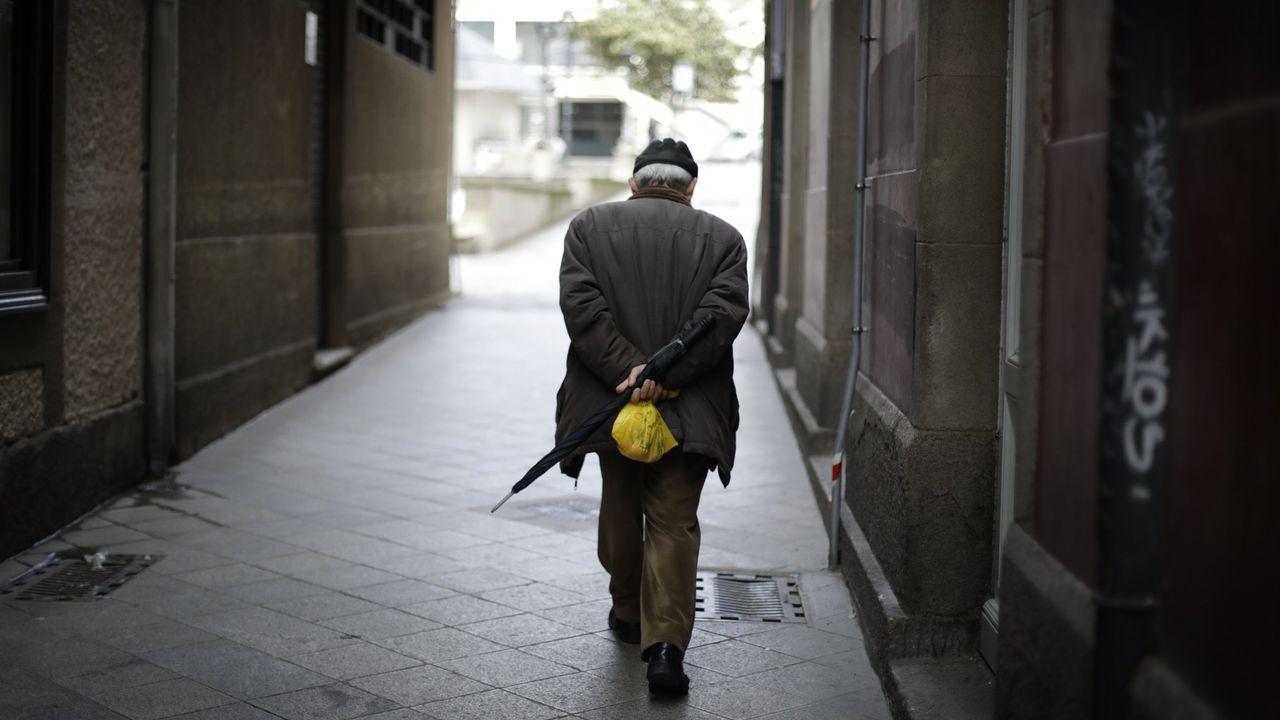 Imagen de archivo de un mayor caminando por la calle en A Coruña durante el confinamiento