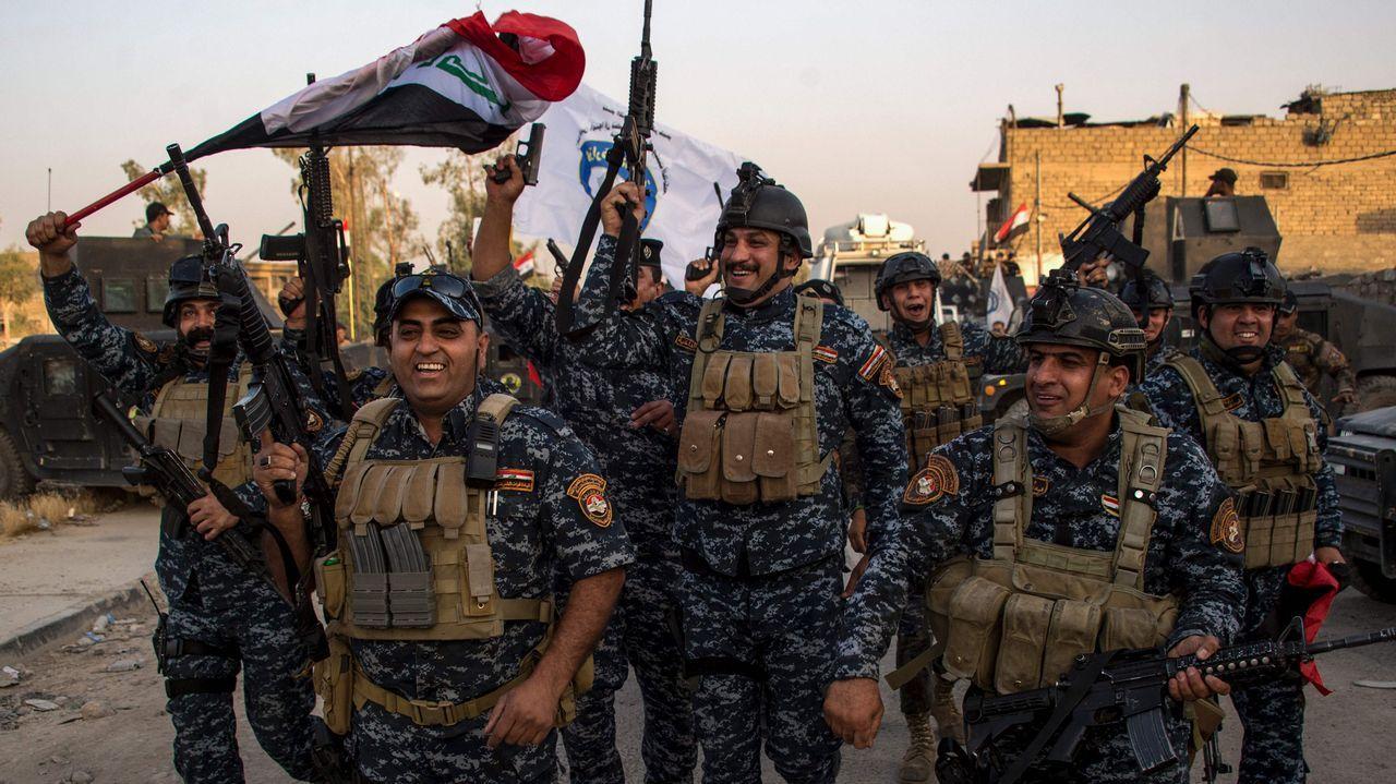 Policías iraquíes celebran la declaración oficial de victoria sobre el Estado Islámico en Mosul