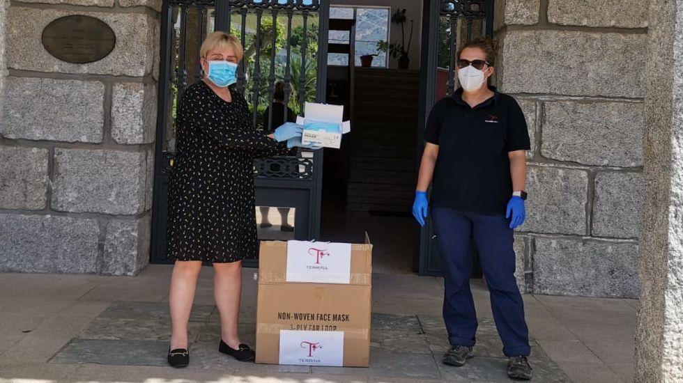 Raquel Bautista, en una entrega de mascarillas impulsada por el Concello de Petín
