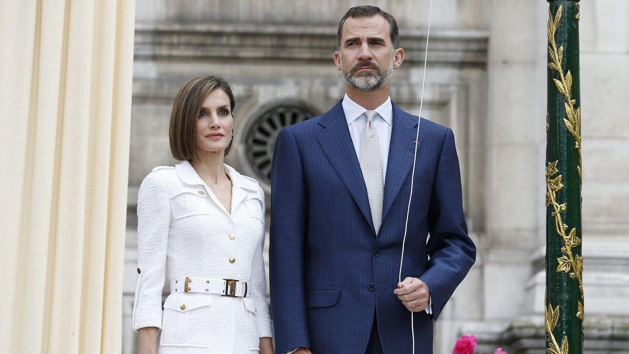 2015. El rey Felipe VI de España (dcha), y la reina Letizia (izda), posan durante la ceremonia inaugural del  Jardín de los combatientes de La Nueve, liberadores del Ayuntamiento de París el 25 de agosto de 1945  en el Ayuntamiento de París (Francia)