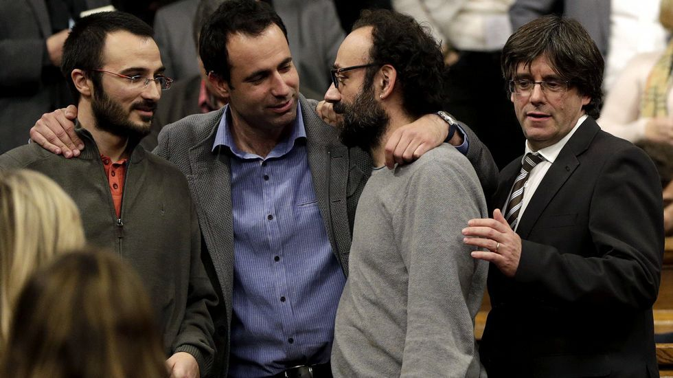 Carles Puigdemont (derecha), junto a los diputados de la CUP, Albert Botrán y Benet Salellas, y el de ERC, Ferran Civit (2i), poco antes del pleno.