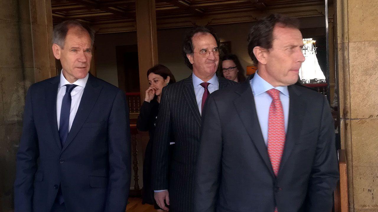 Abel Antón, a la izquierda, junto a Julián Redondo y Emilio Butragueño en el hotel de la Reconquista