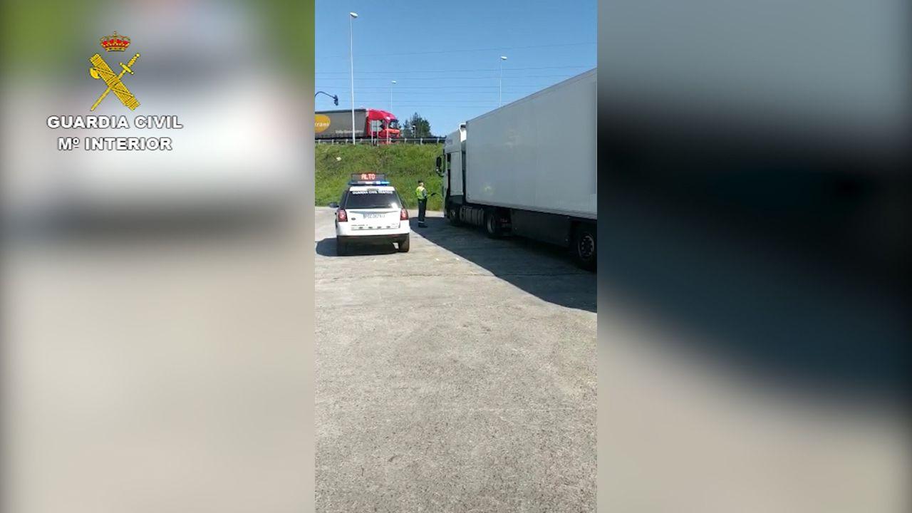 La Guardia Civil inmoviliza un camión cuyo conductor no respetó la cuarentena tras hacerse la prueba.Imagen de archivo de la autovía A-8 nevada en las inmediaciones de Lourenzá y Mondoñedo
