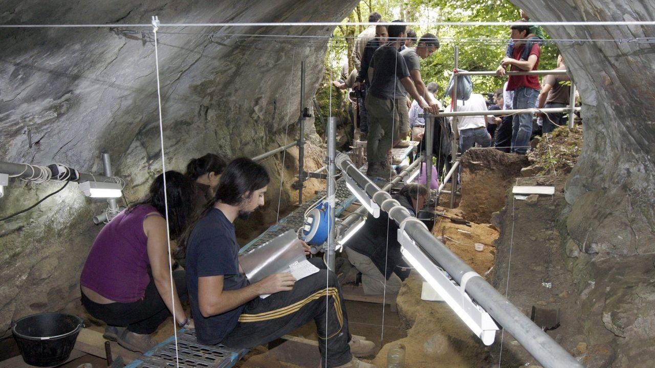 Las excavaciones en la galería de la entrada de la cueva -donde se encontraron numerosos rastros del hombre de Neandertal- se hallaban en este estado cuando se dio a conocer la existencia de las pinturas y los grabados