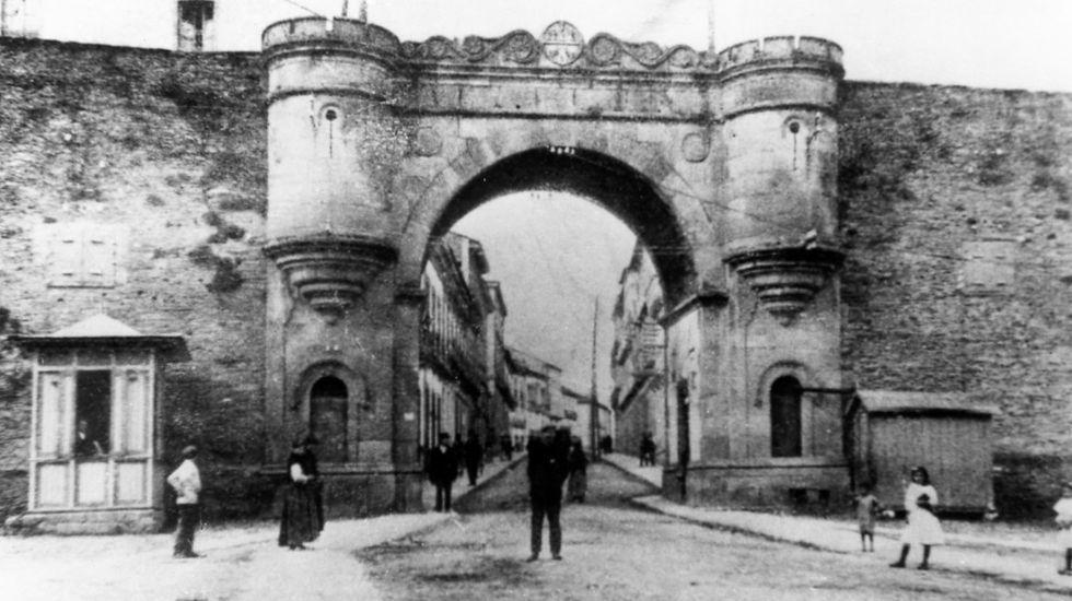 O parque de Rosalía celebra o seu centenario.La imagen de la Porta da Estación data de 1875 ó 1876, justo antes de la primera ampliación que se llevó a cabo y con la que se derribaron los cubos laterales